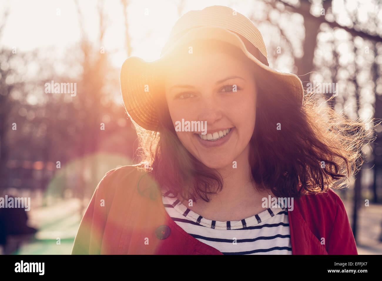 Porträt einer jungen Frau in Paris Stockbild