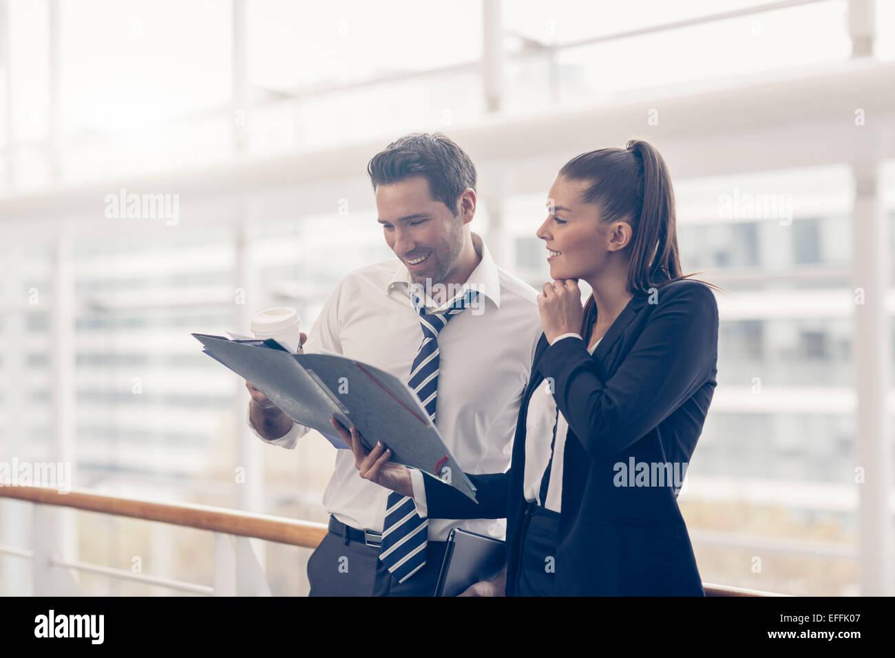 Business-Leute zu treffen und Ideen austauschen Stockfoto