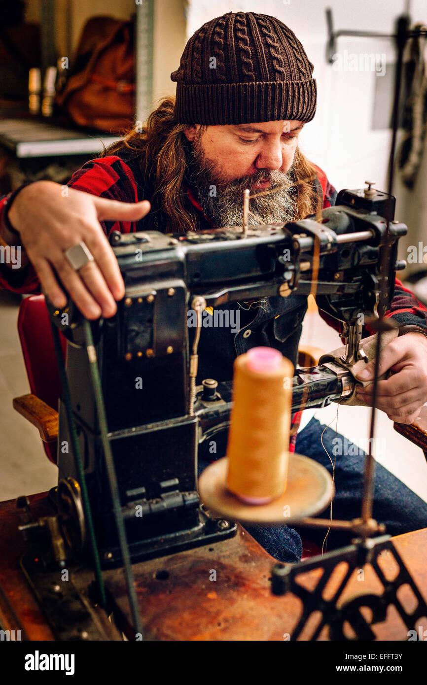 Männliche Arbeiter Nähen Tasche in Werkstatt Stockbild