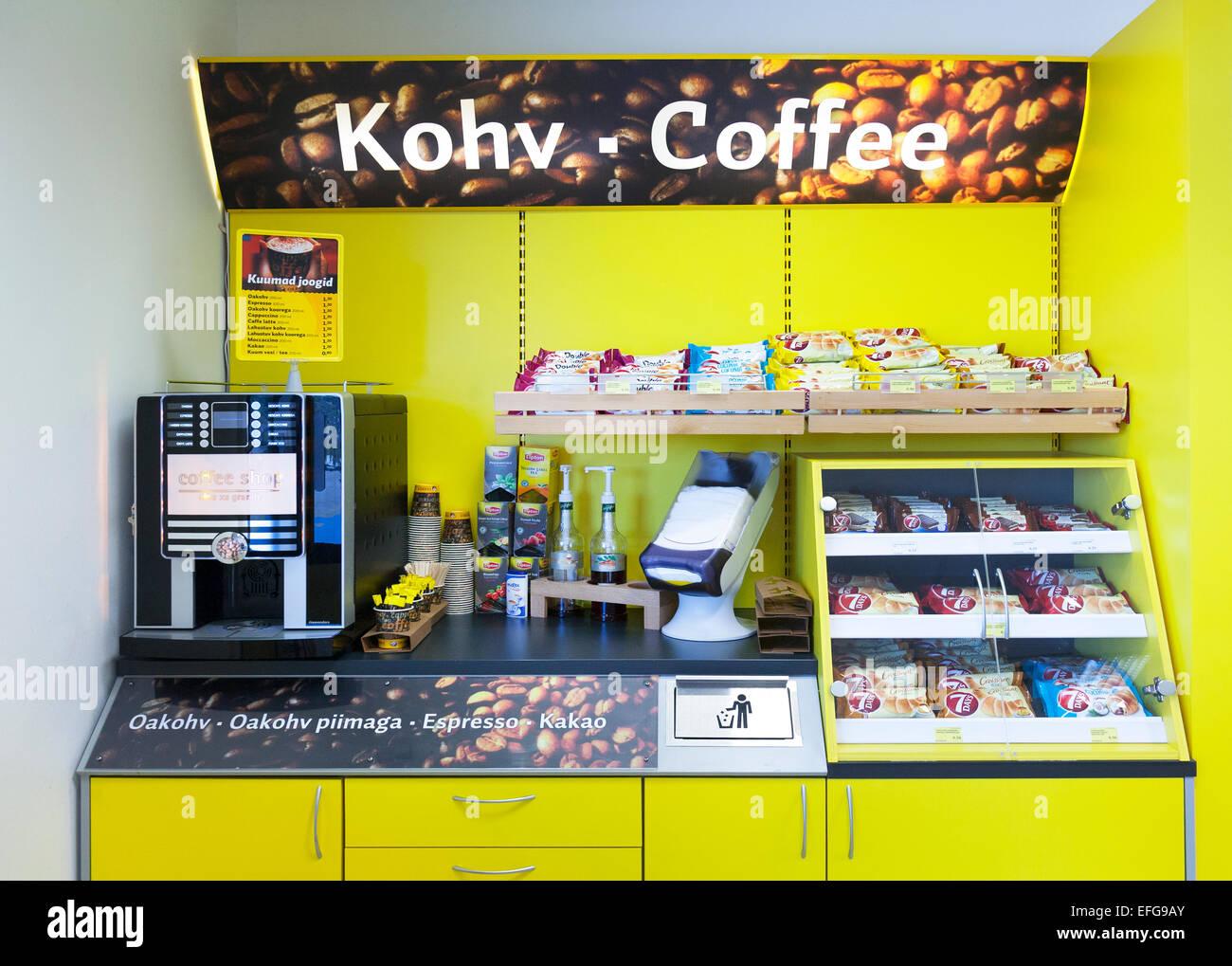Tankstelle Shop Mit Kaffeemaschine Regale Und Essen In Estland