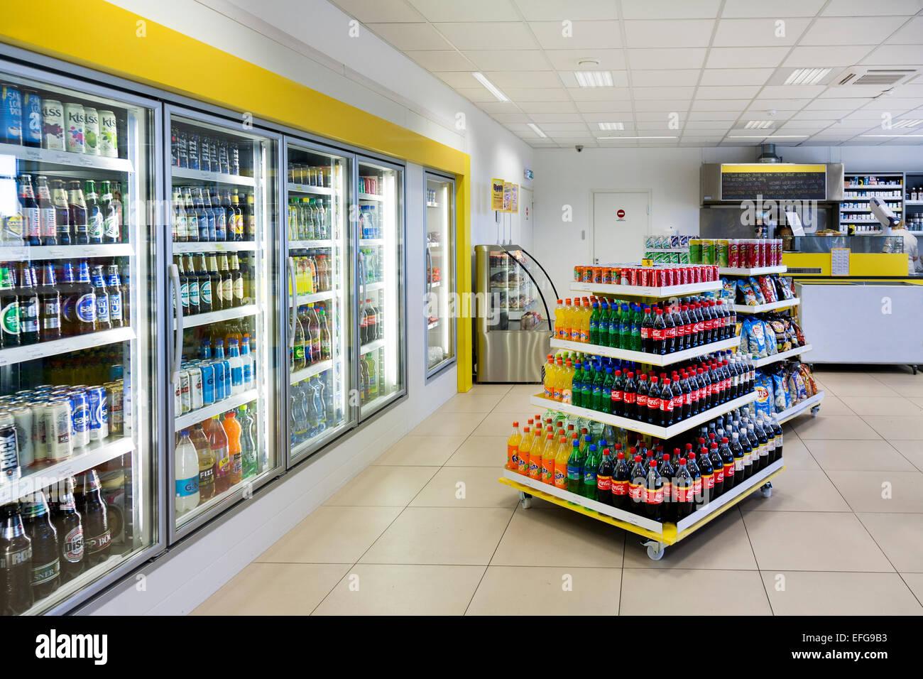 Supermarkt Tankstelle. Kalte Getränke in Regalen, Ausstattung. Shop ...