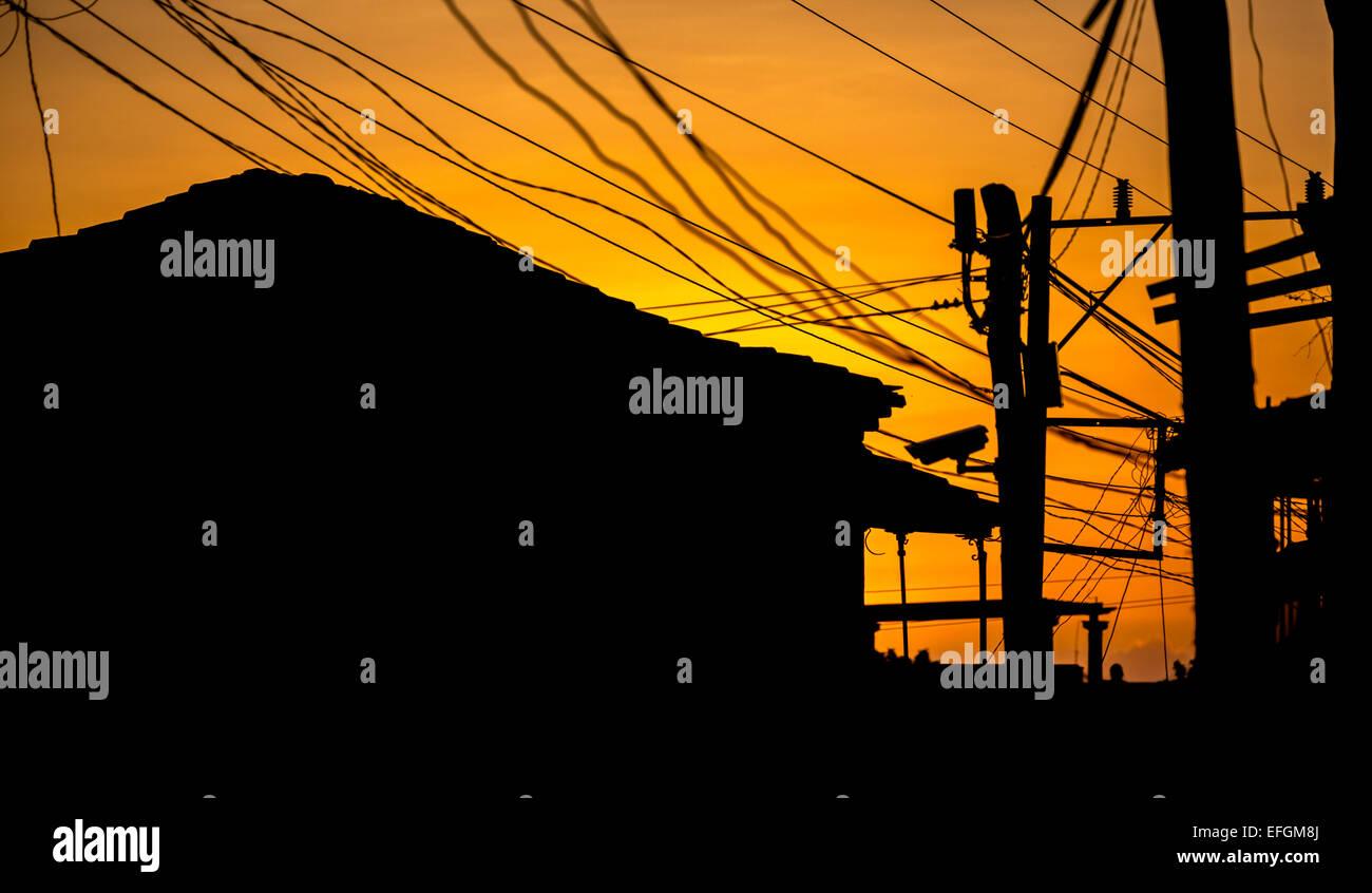 Häusern und Stromleitungen bei Gegenlicht, Trinidad, Kuba Stockbild