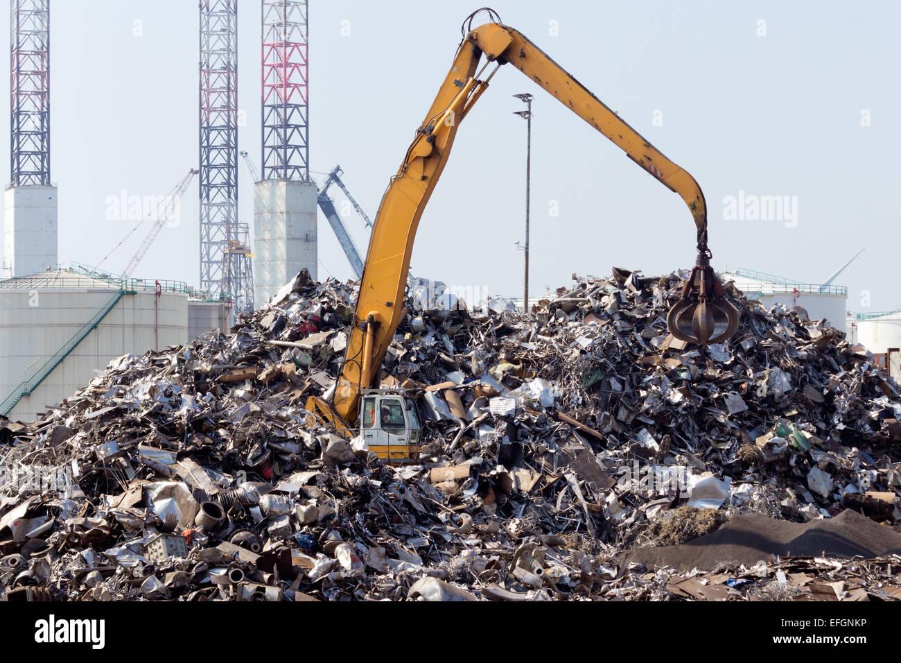 Schrott Metall Dump mit Kran. Stockbild