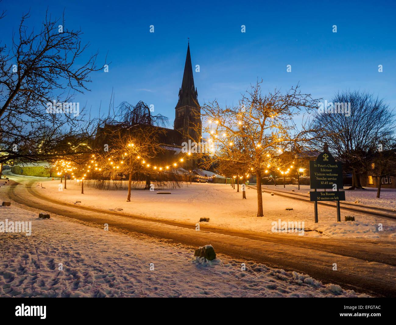 Schnee und Weihnachten Lichter in den Peak District Dorf Edensor in ...