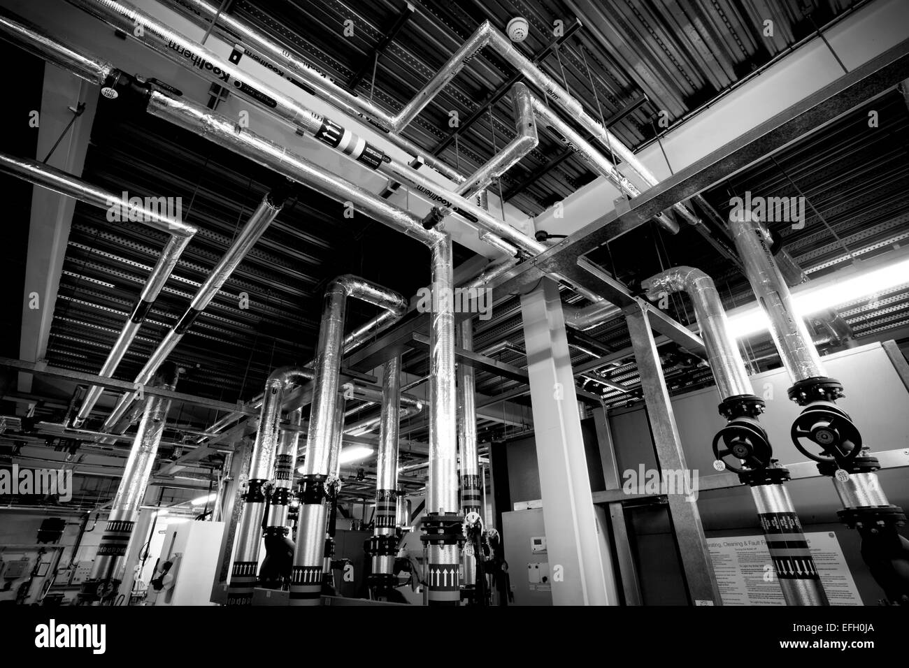 Biomasse Kessel und industrielle Rohrleitungen in Biomasse-kraftwerk ...