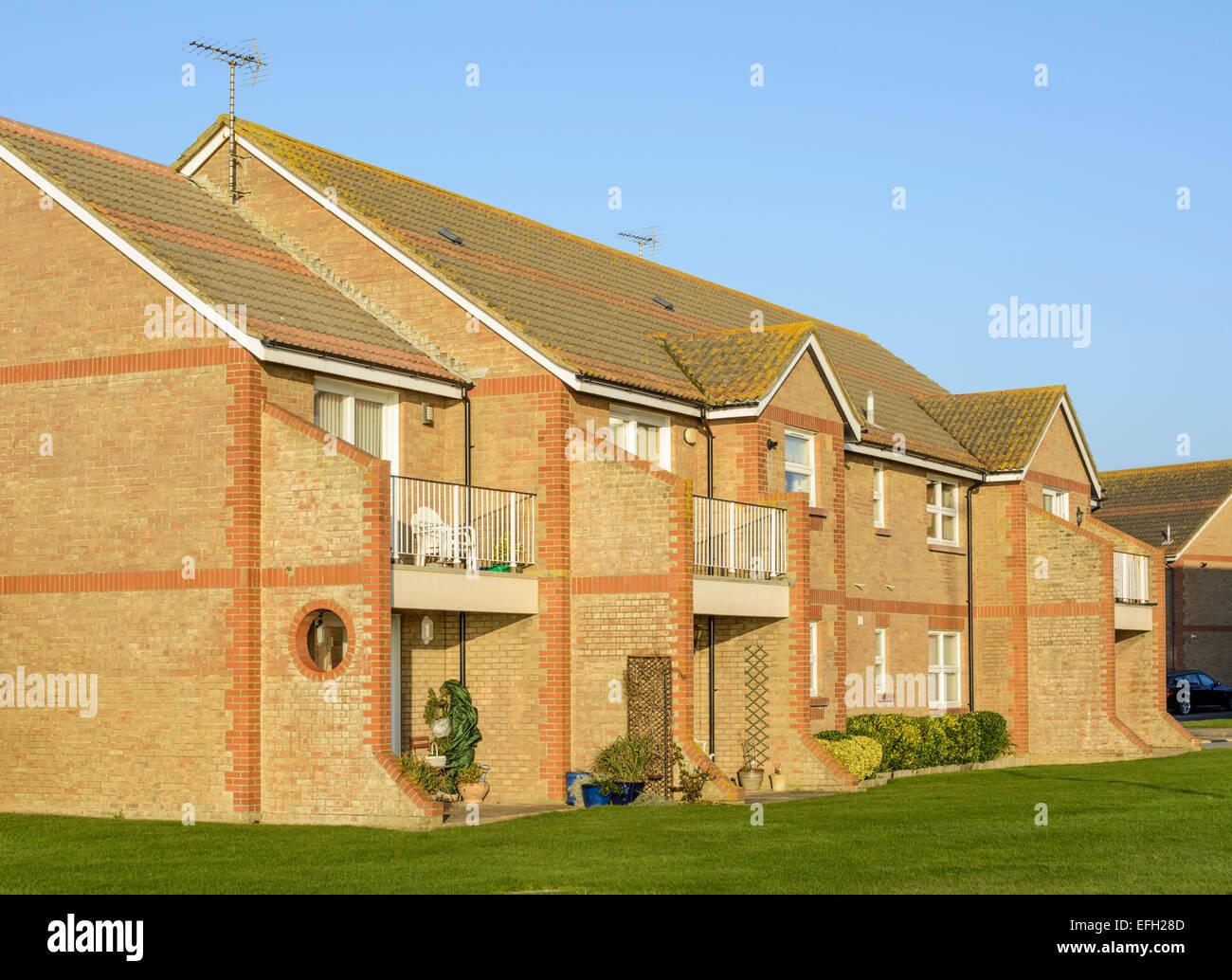 Reihe von modernen roten Backstein befestigt/Reihenhaus befindet sich in Großbritannien. Stockbild