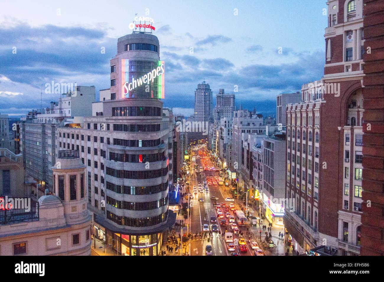 Luftaufnahme des Verkehrs in Gran Vía in der Nacht, Madrid, Spanien Stockbild