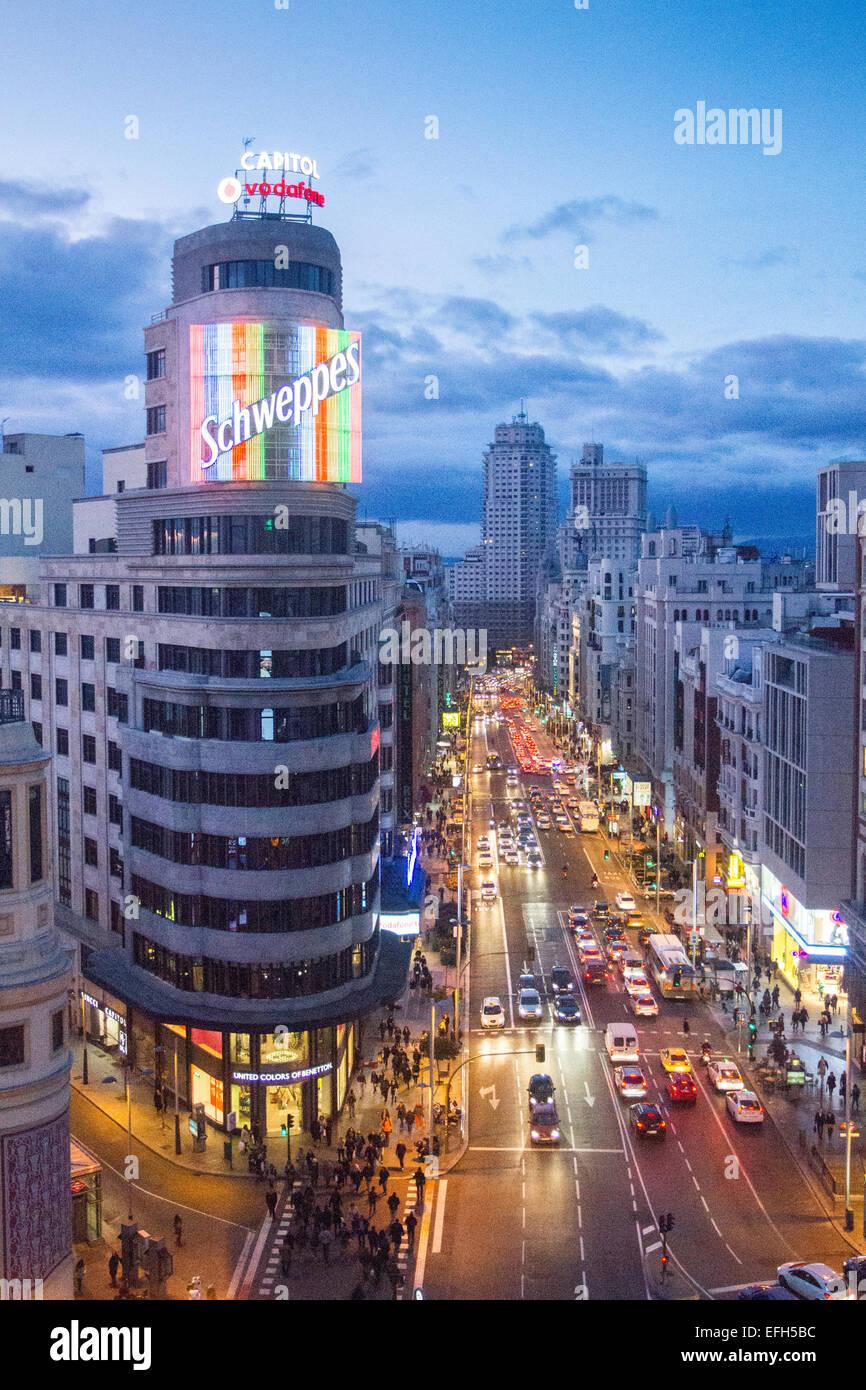 Luftaufnahme des Verkehrs in Gran Vía Allee in der Nacht und Aas Gebäude beleuchtet, Madrid, Spanien Stockbild