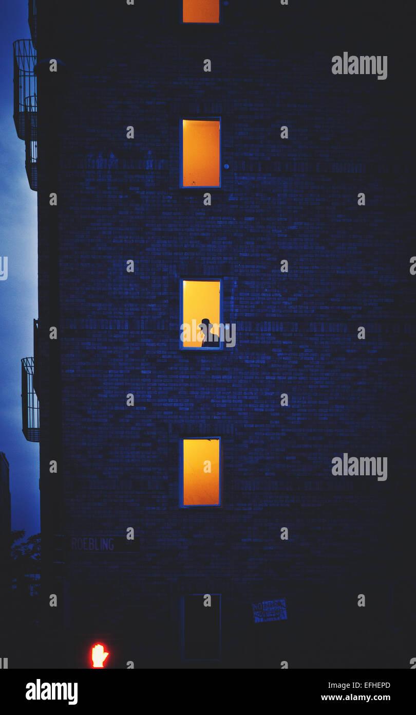 Eine Silhouette eines chassidischen Juden in einem Gebäude in Williamsburg / New York. Stockbild