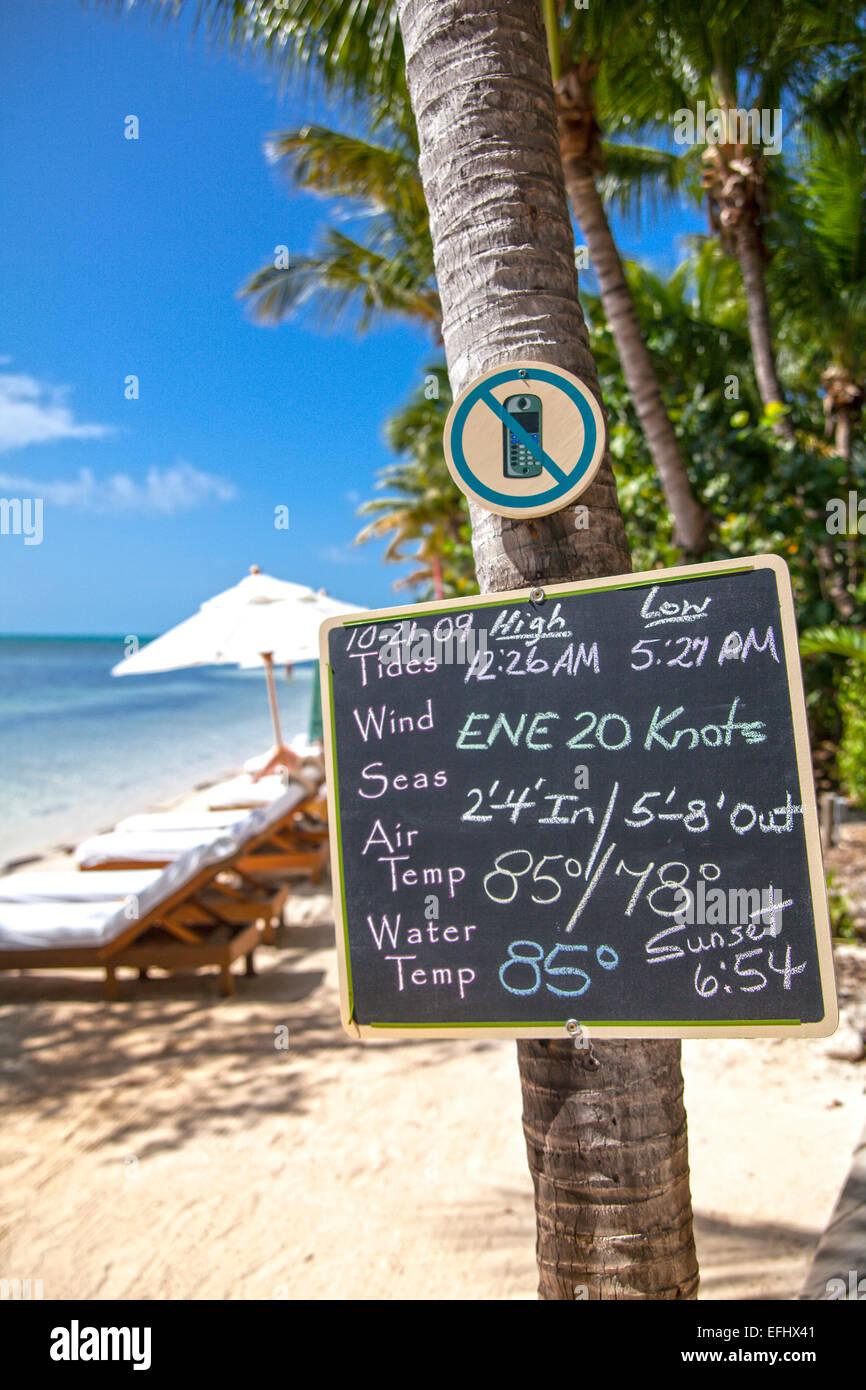 Board mit Wettervorhersage für den Tag, Little Palm Island Resort, Florida Keys, USA Stockbild