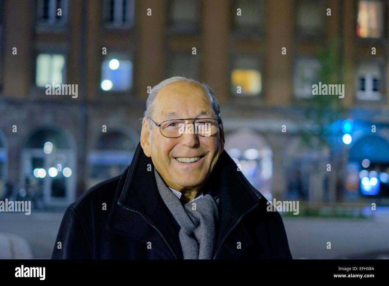 Lächelnde älterer Mann 80er Jahre Porträt bei Nacht Stockbild