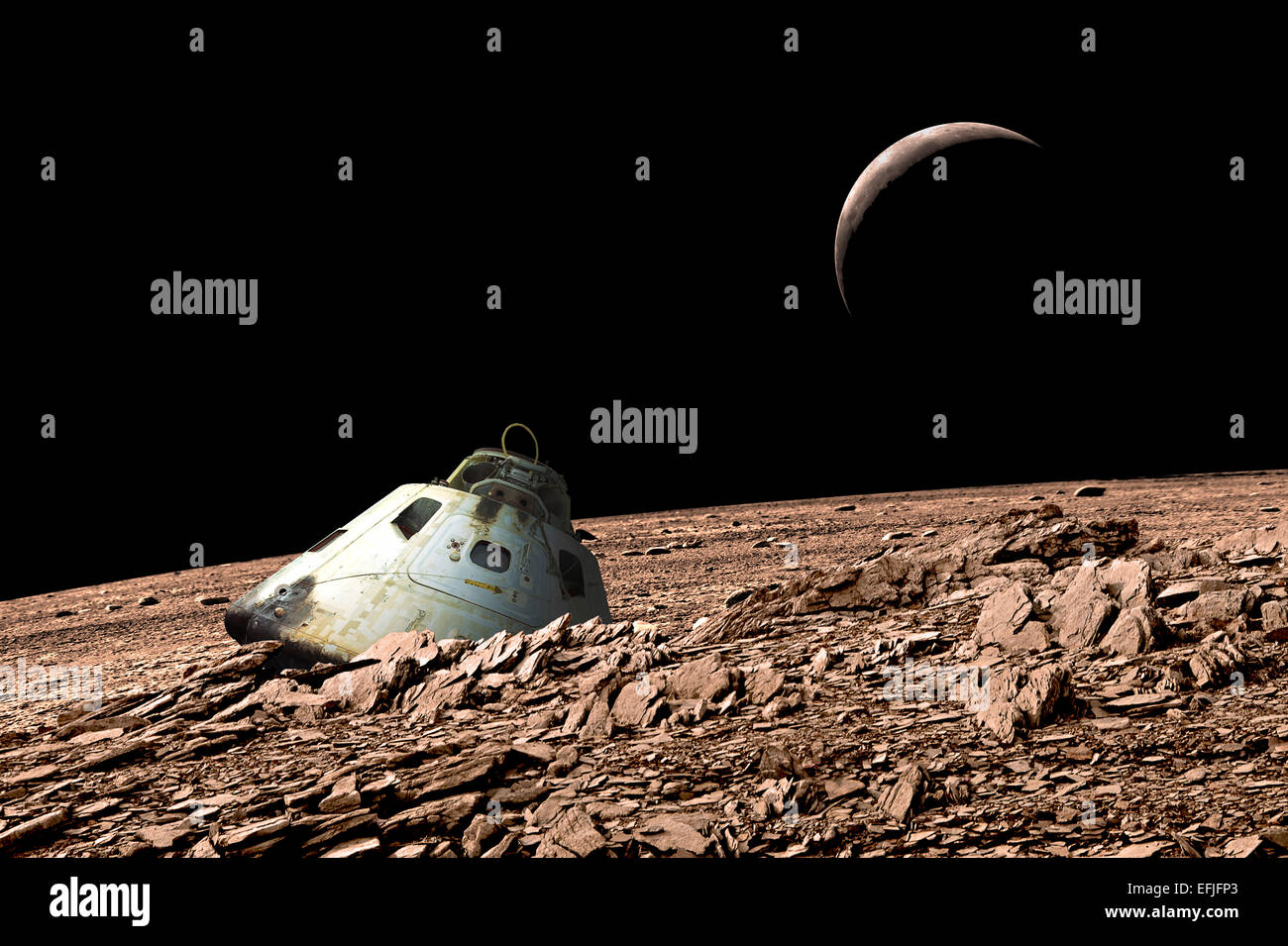 Eine verbrannte Raumkapsel liegt auf einem kargen und airless Mond verlassen. Stockbild