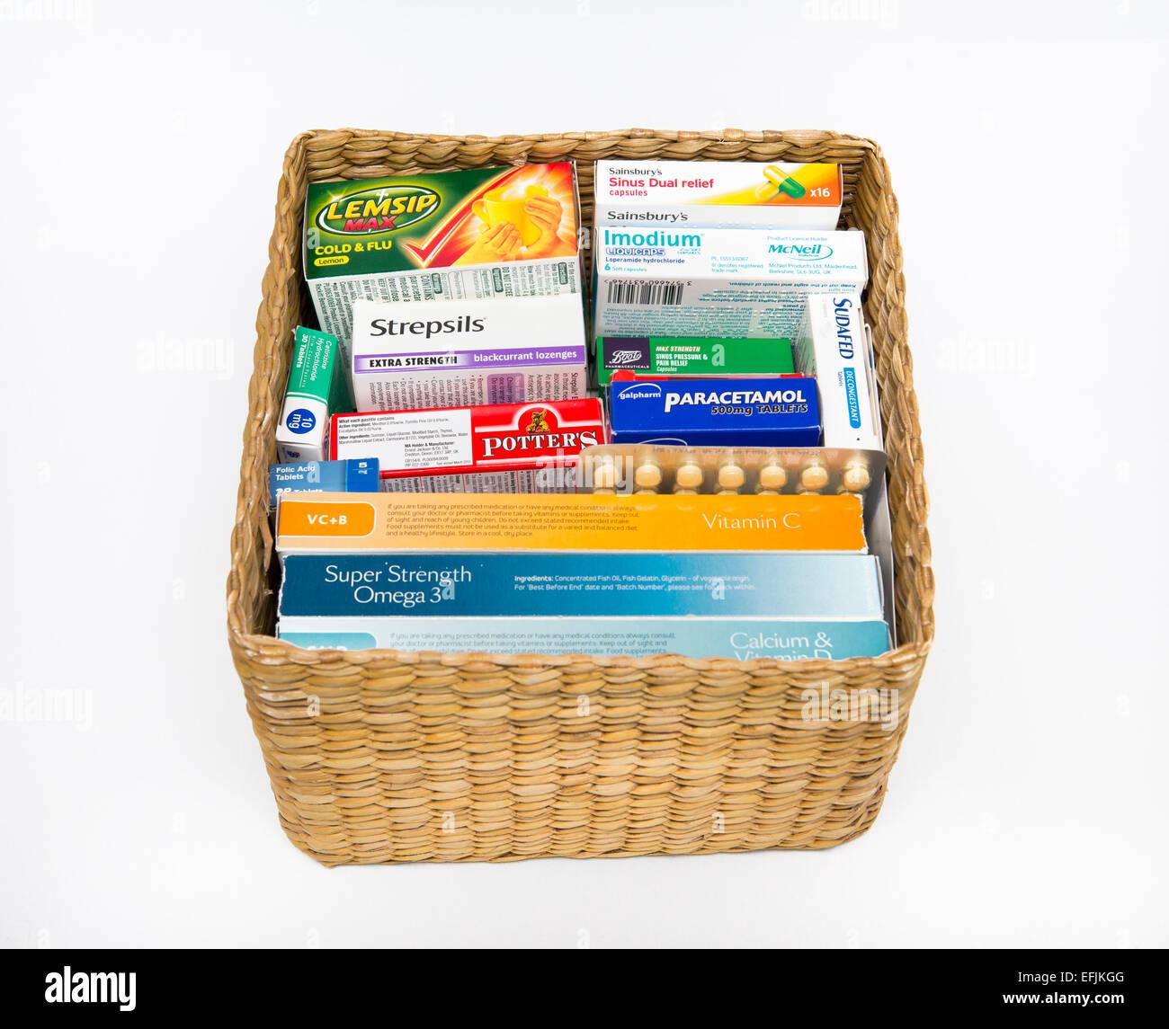 Ein Korb von Vitaminen, Heilmittel und Medizin. Stockbild