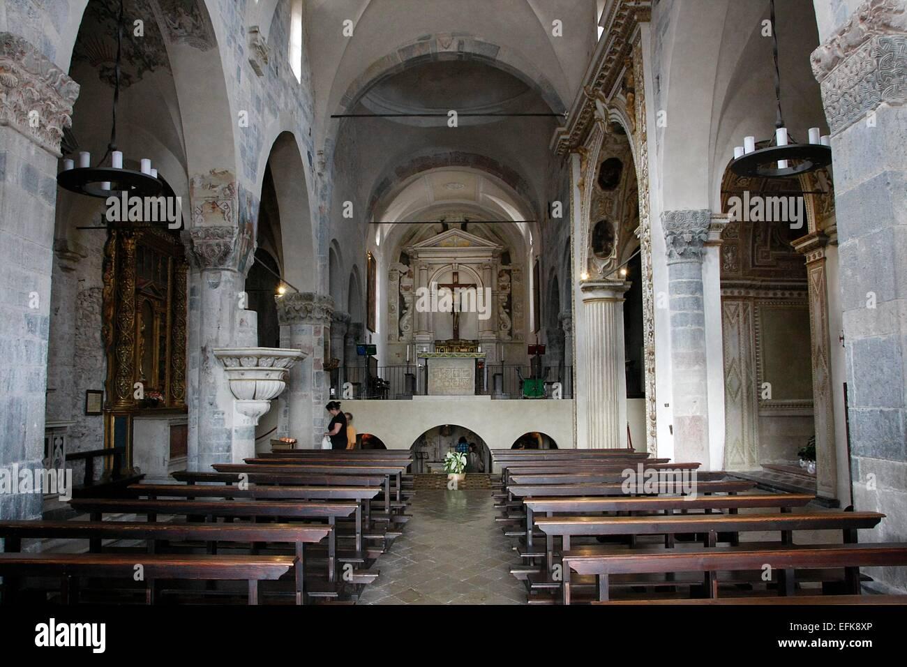 Das Hauptschiff der Kirche Sant Andrea Apostolo. Die Kirche liegt an der Piazza San Marco in Toscolano-Maderno. Stockbild