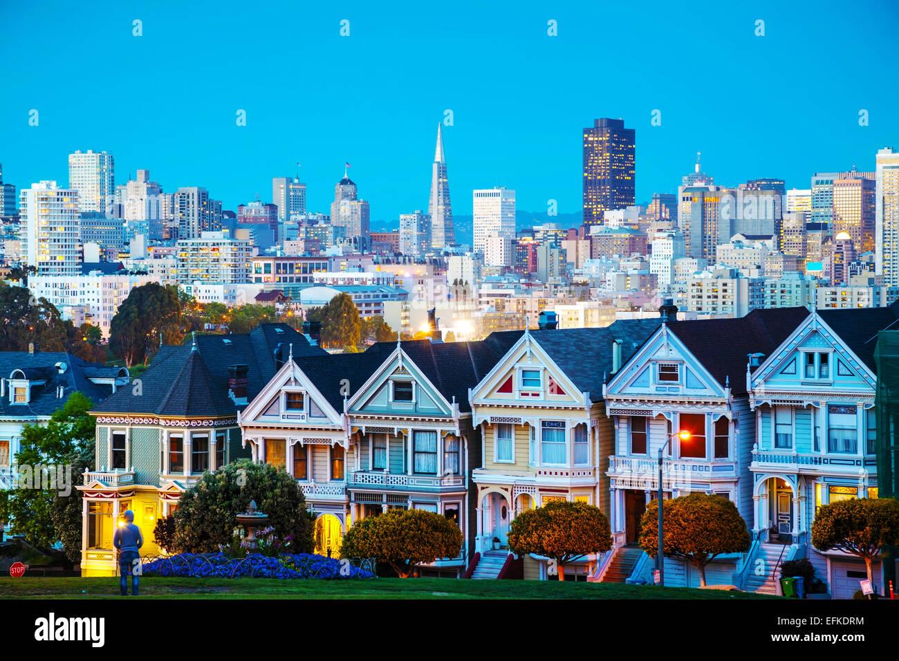 San Francisco Stadtbild mit der Painted Ladies von Alamo Square Park aus gesehen Stockbild