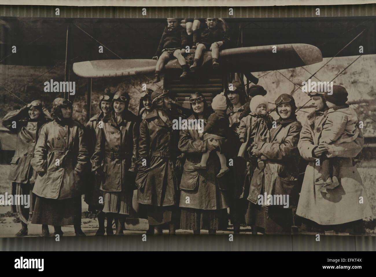 1923-Archiv Foto von Frauen und Kinder der Flieger, steht man vor Doppeldecker an Crissy Field, San Francisco, USA Stockbild