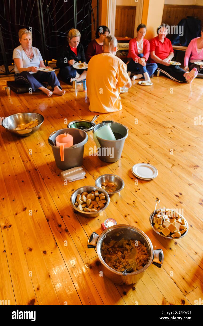 Gäste Hören Wie Seamus Ein Hare Krishna Anhänger Beim Abendessen
