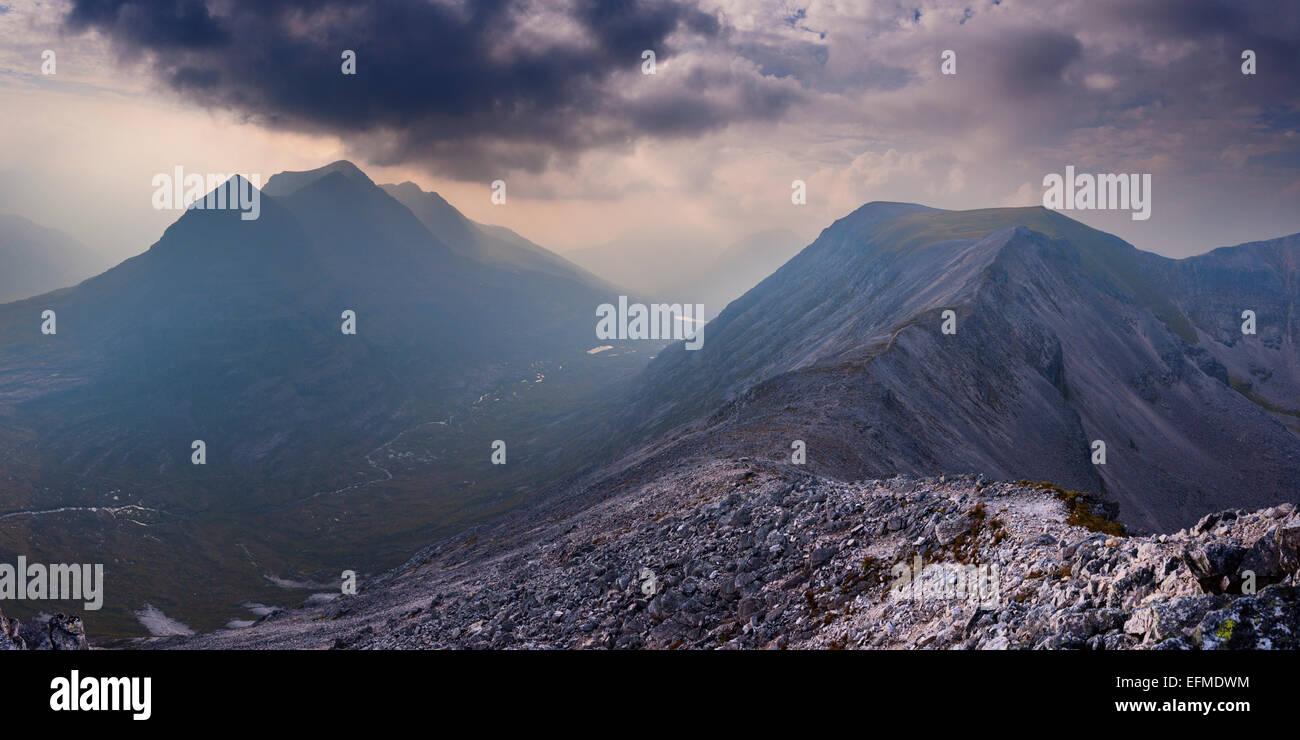 Die massive der Torridon Riesen Gipfelns und Beinn Eighe sind nur durch ein enges Tal getrennt. Stockbild