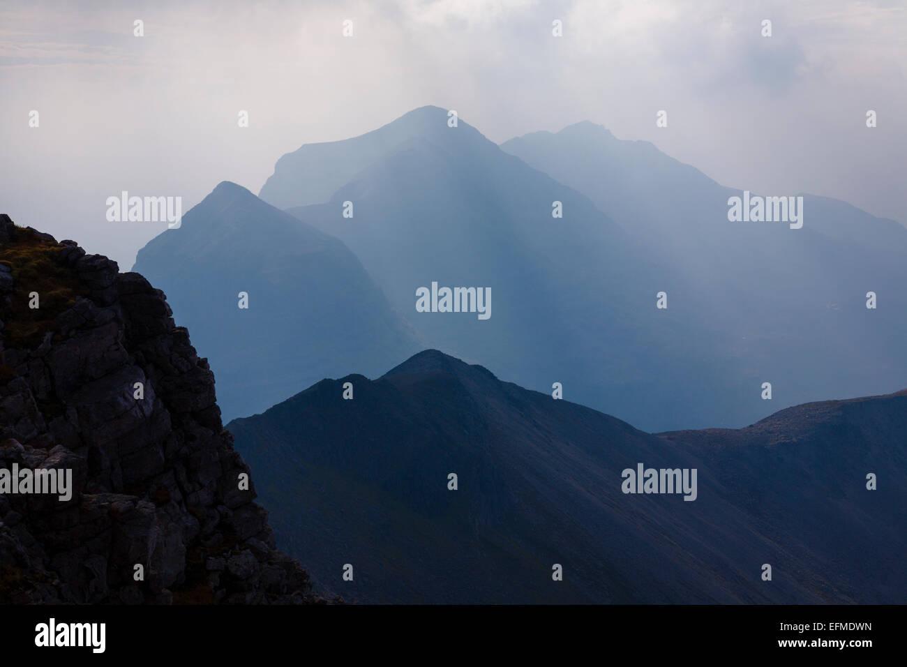 Gipfelns hinter der eindrucksvollen Bergrücken Beinn Eighe droht. Stockbild