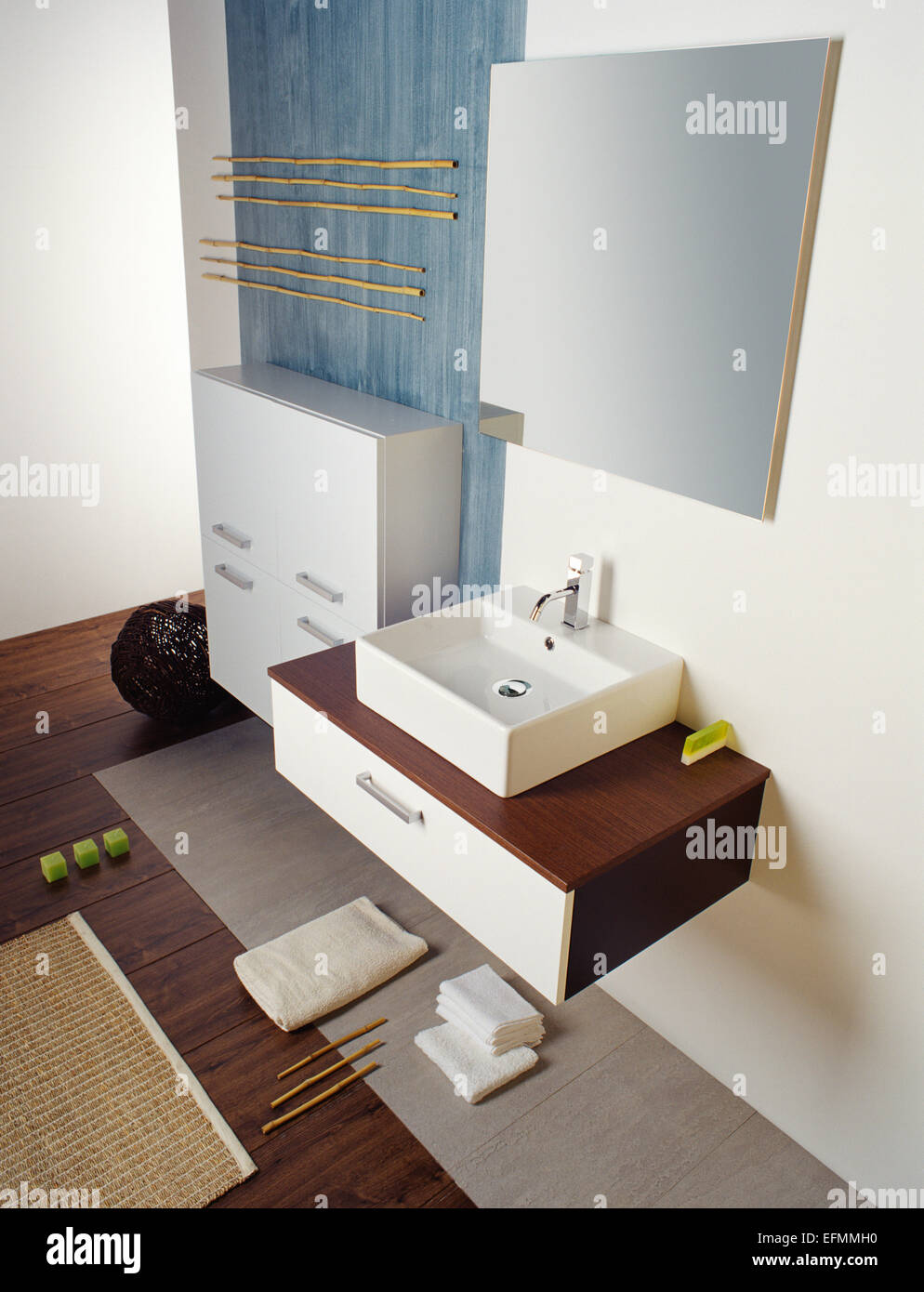 Ein Bild von einem glitzernden modernen Bad. Enthält an der Wand ...