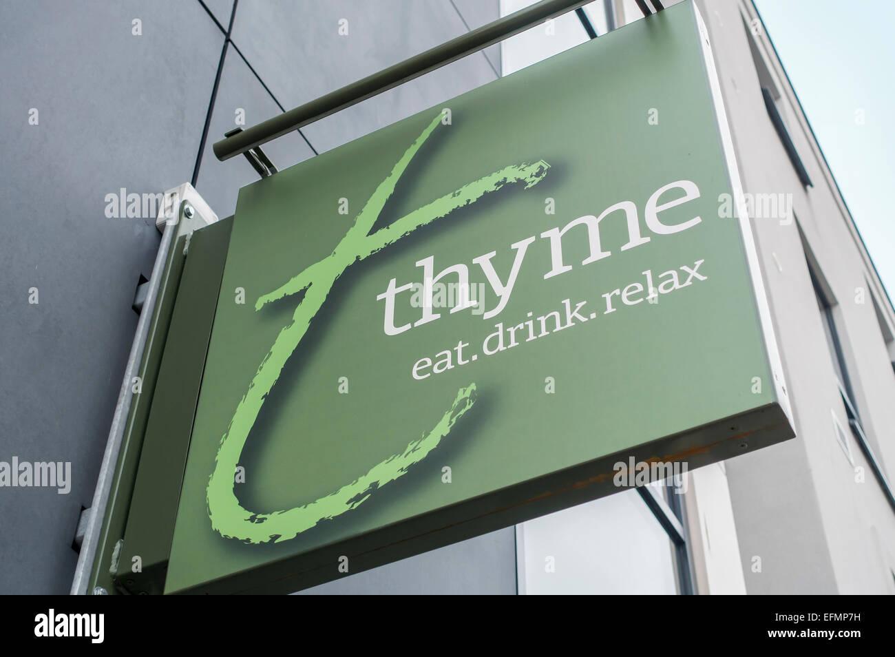 Thymian-Restaurant-Kette hängenden Zeichen Essen, trinken, entspannen Stockbild