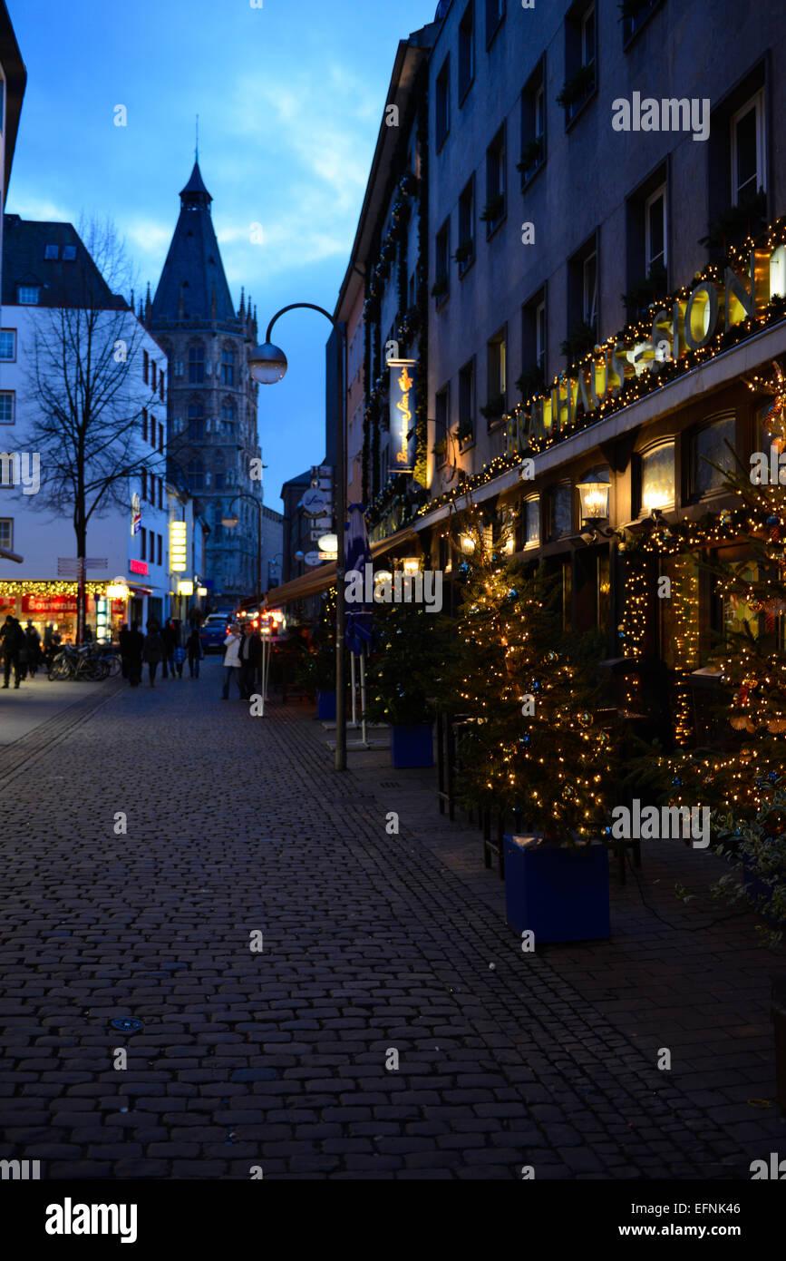 Kölner Straße in der Nacht mit Weihnachtsbeleuchtung, Deutschland Stockbild