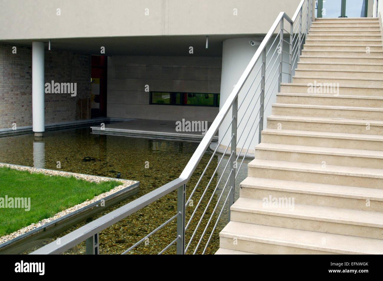 Erstaunlich Moderne Treppen Galerie Von Architektur-moderne Treppe Gelaender Aussen Wasser Rasen Konzept