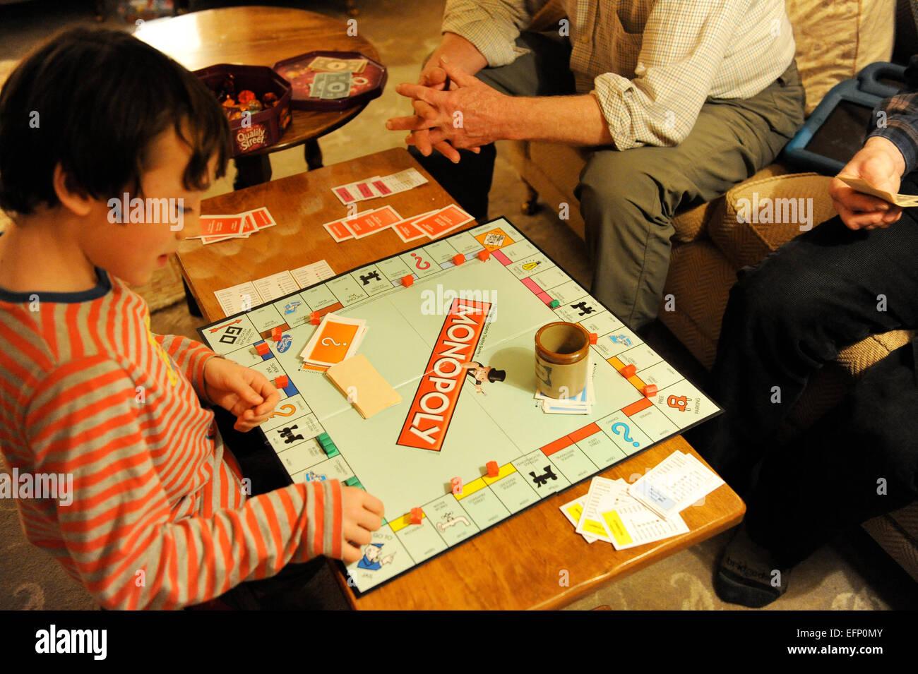 Familie spielen Monopoly zu Weihnachten in North Yorkshire ...