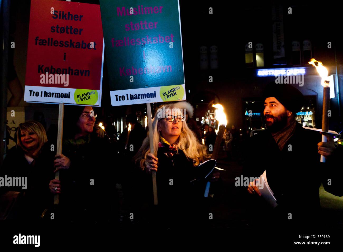 Kopenhagen, Dänemark, 8. Februar 2015: Sikhs, Moslems, Christen und Juden zusammen in einem Fackelzug durch Stockbild