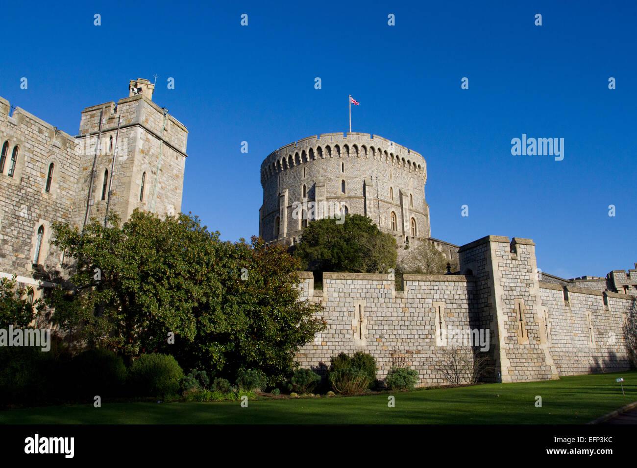 Runder Turm (The Keep) und Außenwände in Windsor Castle, Berkshire, England mit Union Jack im Januar fliegen Stockbild