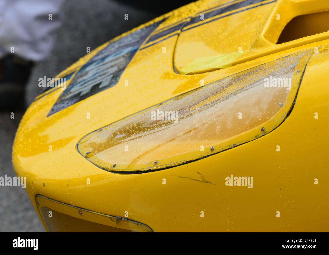 Regentropfen auf der vorderen Scheinwerfer von einem hellen Gelb Ford GT40 auf dem Goodwood Revival 2013 Stockbild