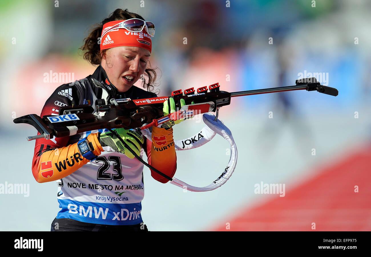 Laura Dahlmeier aus Deutschland bereitet sich auf schießen auf dem Weg nach win 7, 5 km Sprint-Rennen beim Stockbild