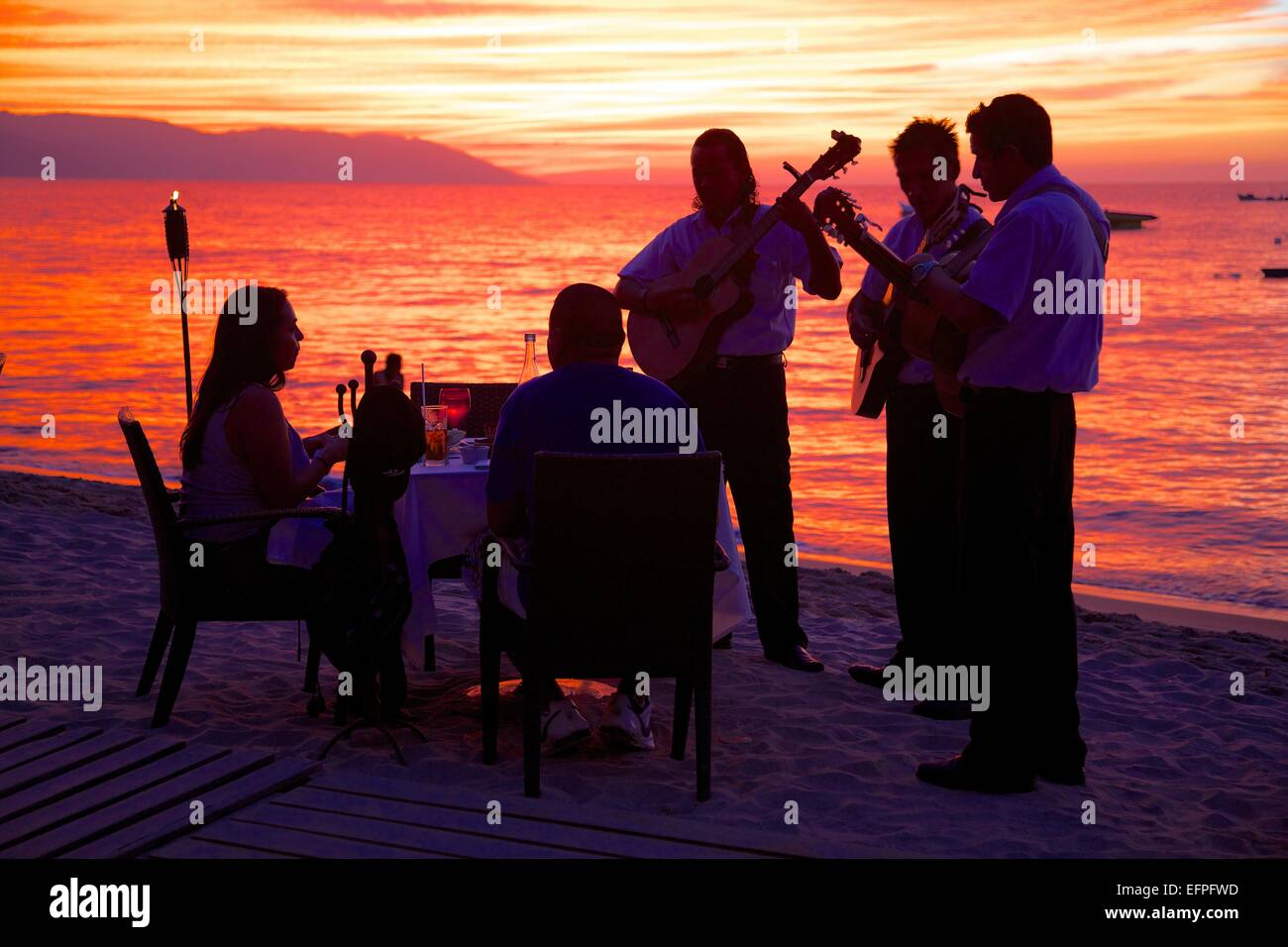 Abendessen am Strand im Zentrum von bei Sonnenuntergang, Puerto Vallarta, Jalisco, Mexiko, Nordamerika Stockfoto