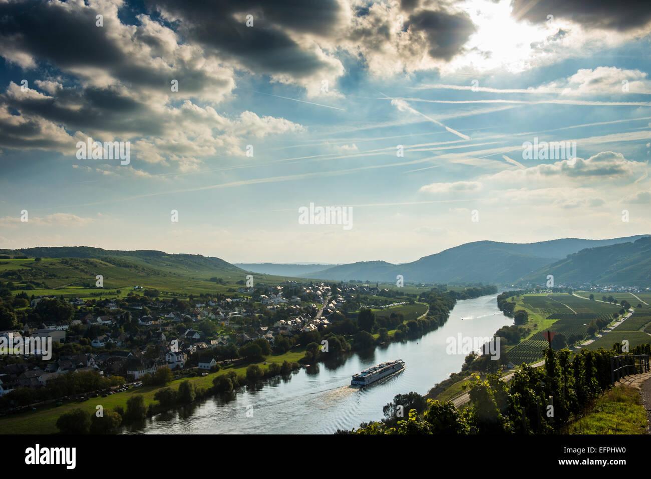 Kreuzfahrtschiff bei Gegenlicht an der Mosel in der Nähe von Wintrich, Moseltal, Rheinland-Pfalz, Deutschland, Stockbild