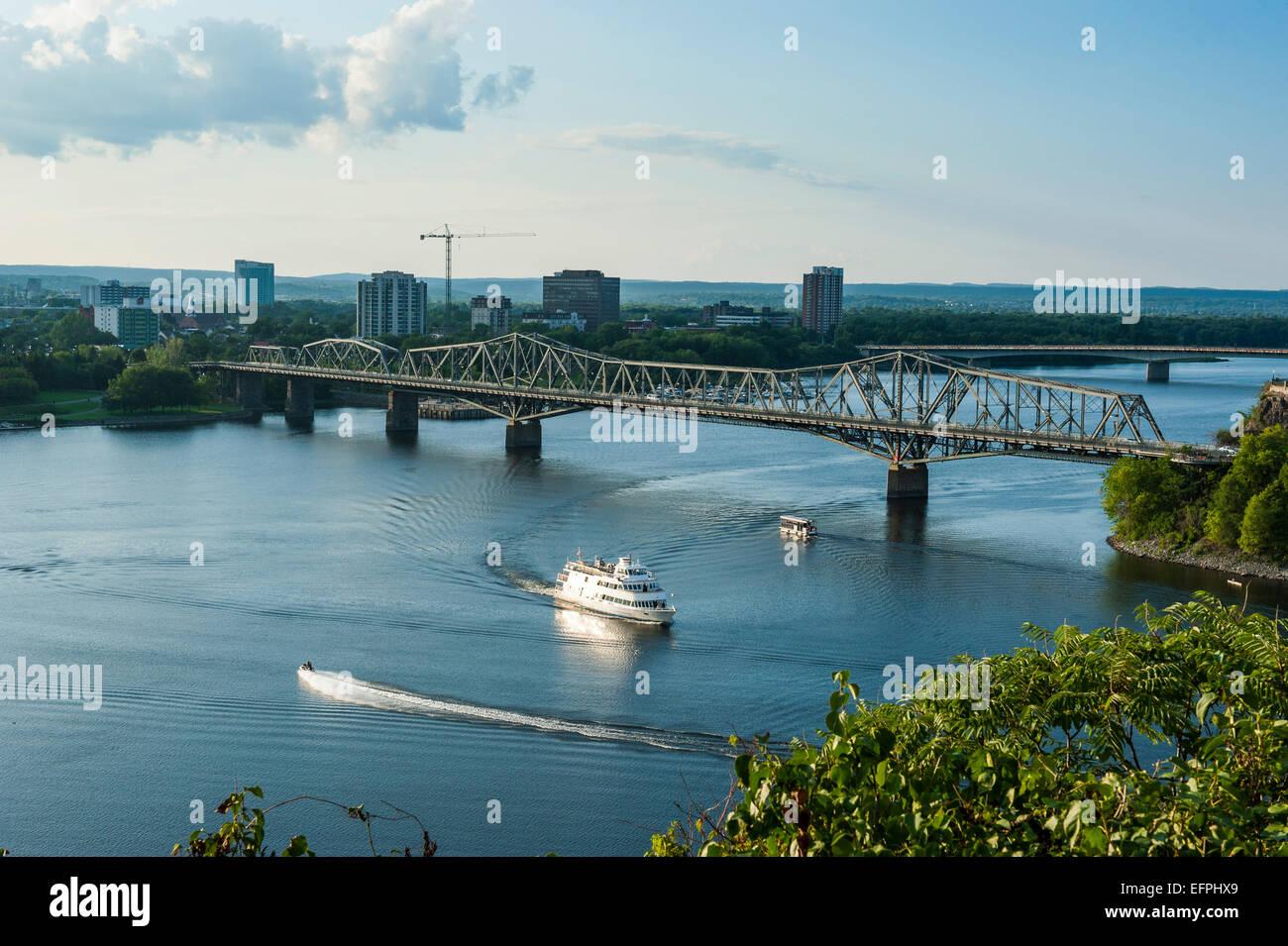 Blick über den Ottawa River und der Alexander-Brücke, Ottawa, Ontario, Kanada, Nordamerika Stockbild