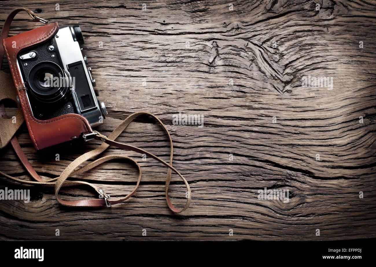 Alt entfernungsmesser kamera auf dem alten holztisch stockfoto