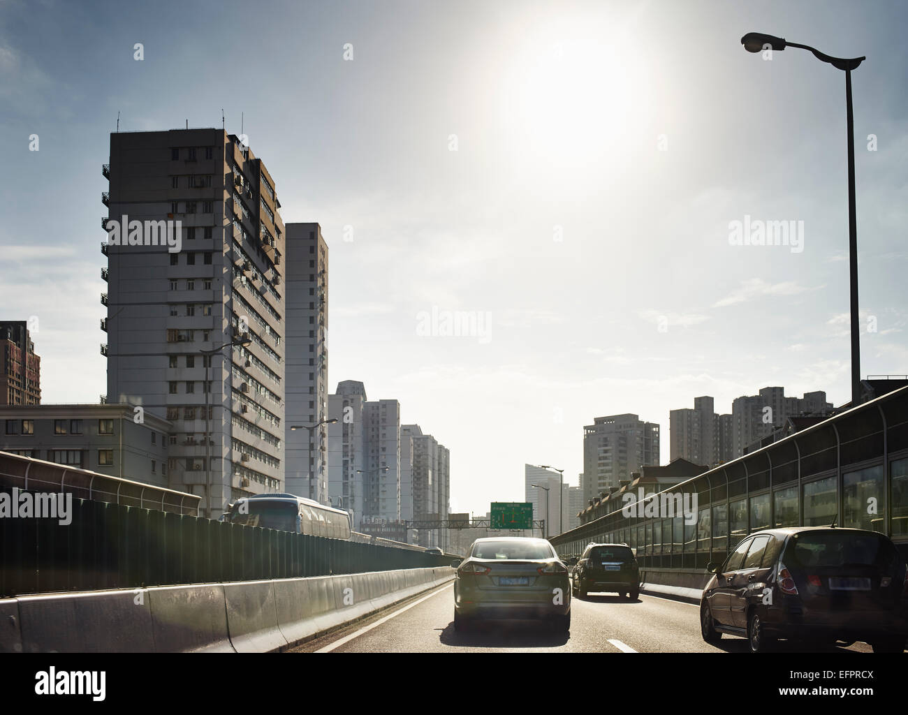 Verkehr auf der Autobahn vor der Skyline der Stadt, Shanghai, China Stockbild