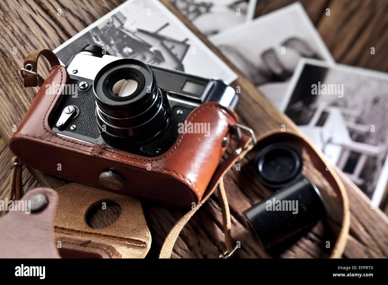 Alten entfernungsmesser kamera und schwarz weiß fotos auf dem alten