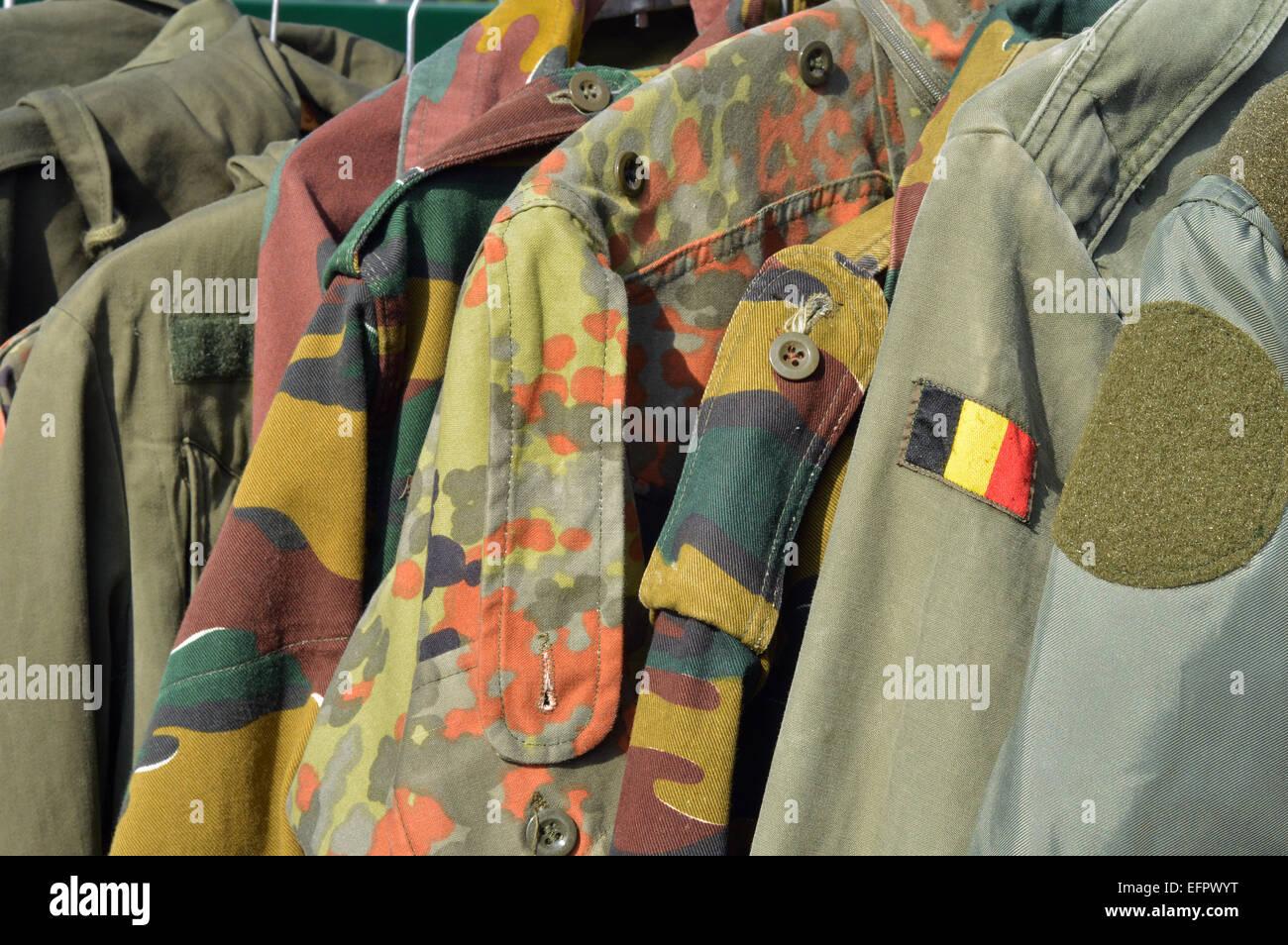 Dump des militärischen Verschleiß auf einem Flohmarkt in Spa, Belgien Stockbild