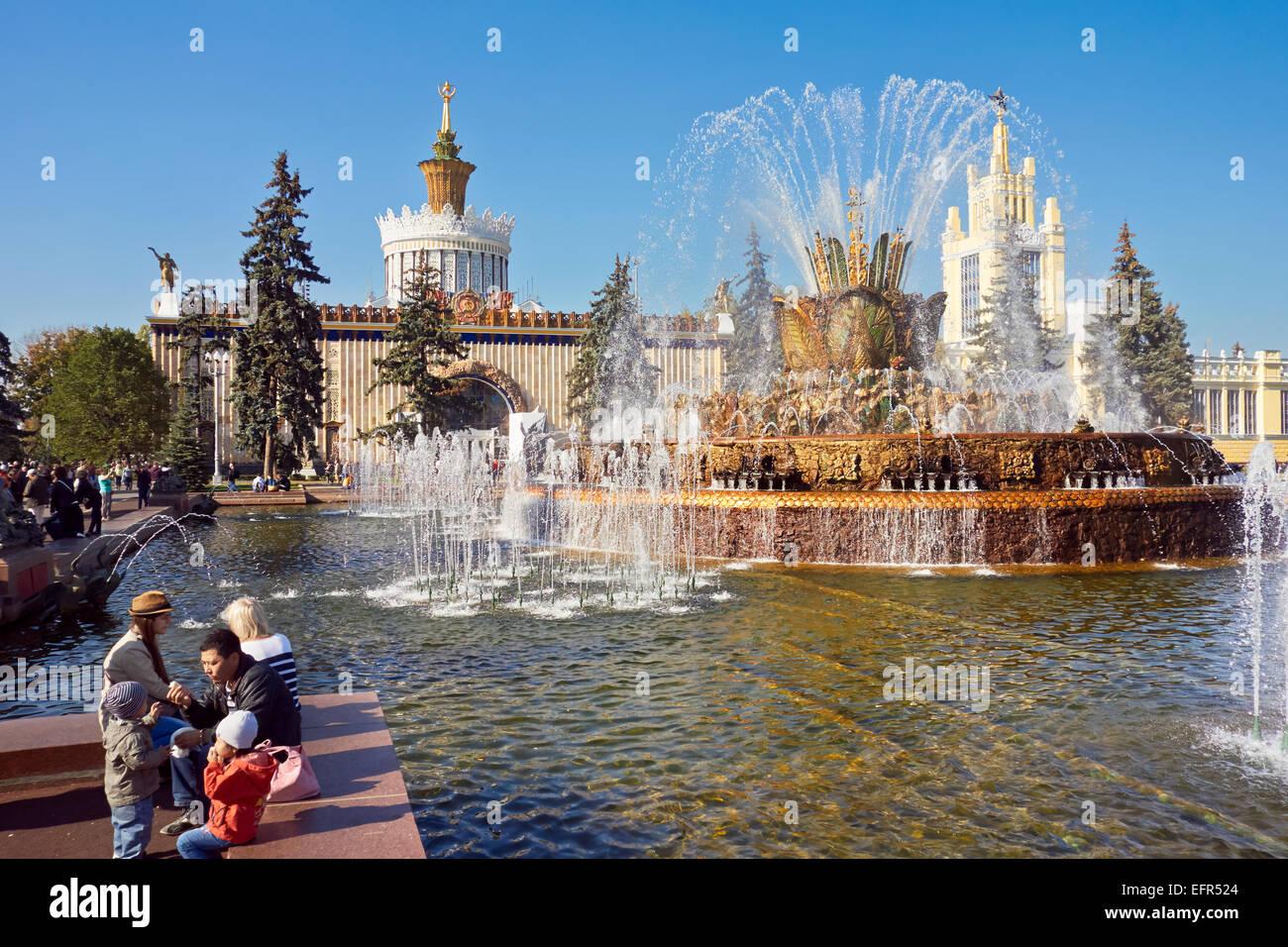 Menschen am Steinblumenbrunnen im All-Russia Exhibition Centre (VDNKh). Moskau, Russland. Stockfoto