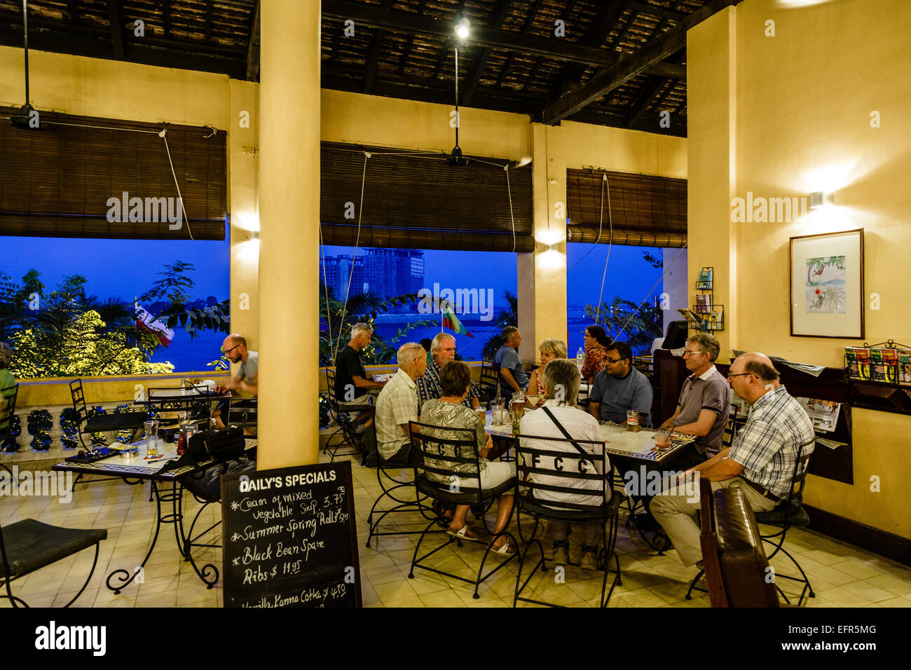 Leute sitzen bei der FCC, Foreign Correspondents Club Bar und Restaurant, Phnom Penh, Kambodscha. Stockbild