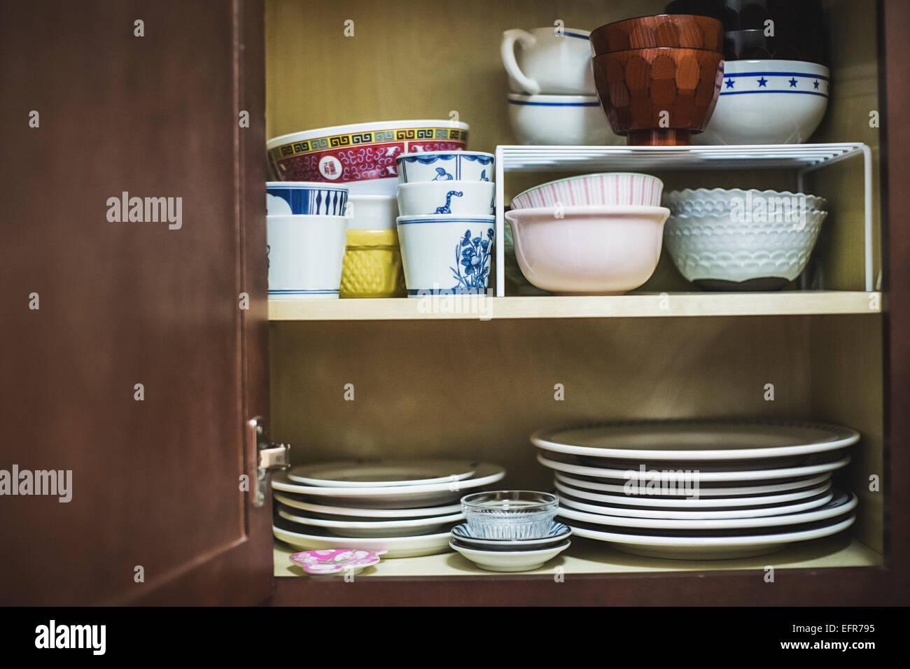 Offenen Schrank Mit Geschirr Stockfotografie Alamy