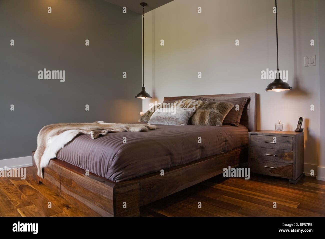 Modernes Interior Design Luxus Schlafzimmer Mit Queen Size Bett Und Holzboden Stockfotografie Alamy