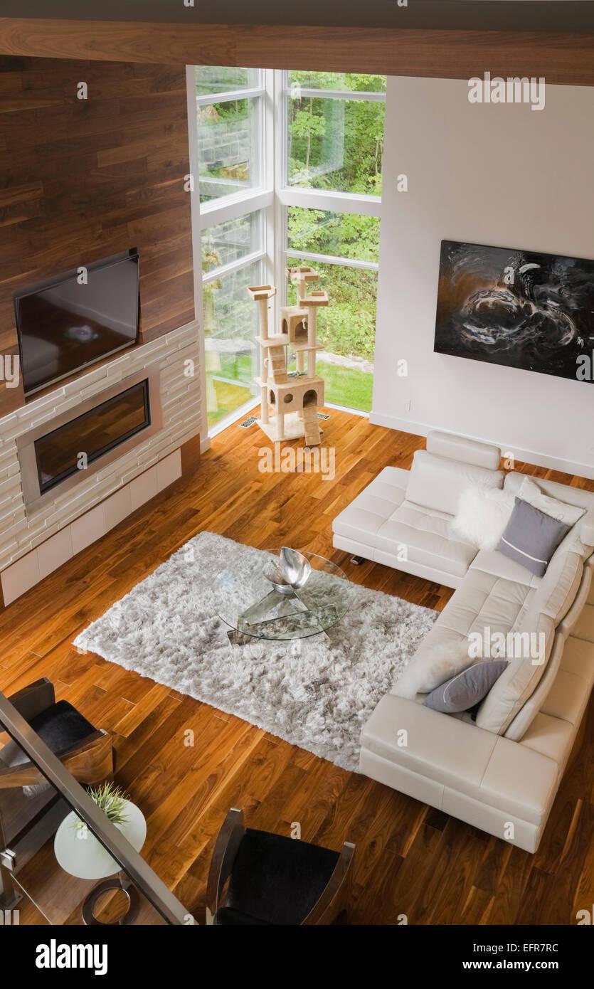 Modernes Interior Design Luxus Wohnzimmer mit beigem Ledersofa und Kamin Stockbild