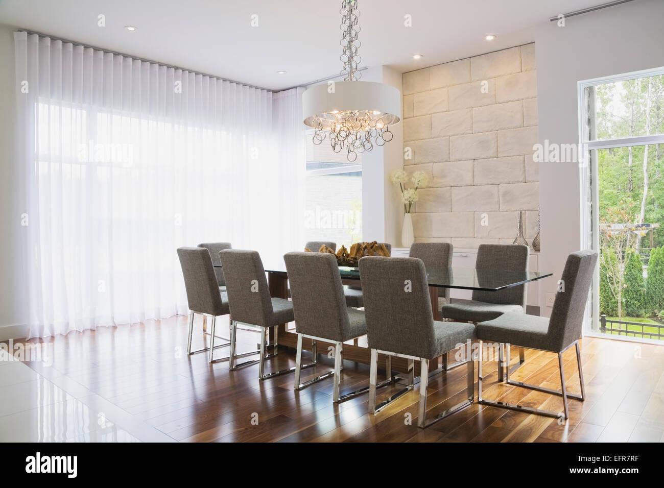 Modernes Interior Design Luxus Esszimmer Mit Glas Esstisch Und Grau  Gepolstert Esszimmerstühle