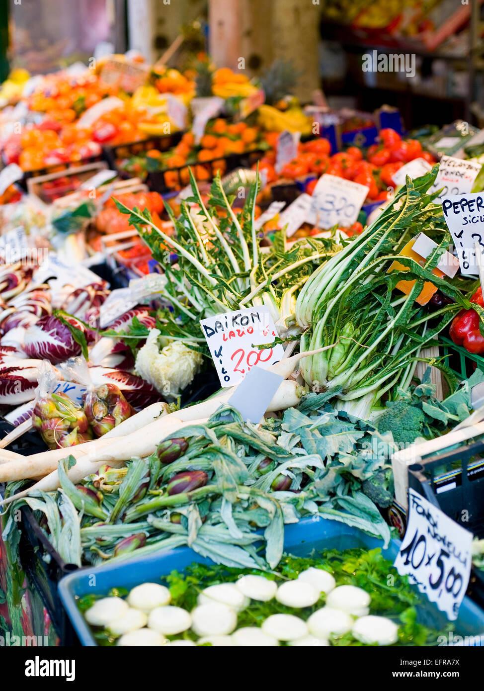 Ein Marktstand, beladen mit frischem Gemüse auf dem Rialto-Lebensmittelmarkt. Stockbild