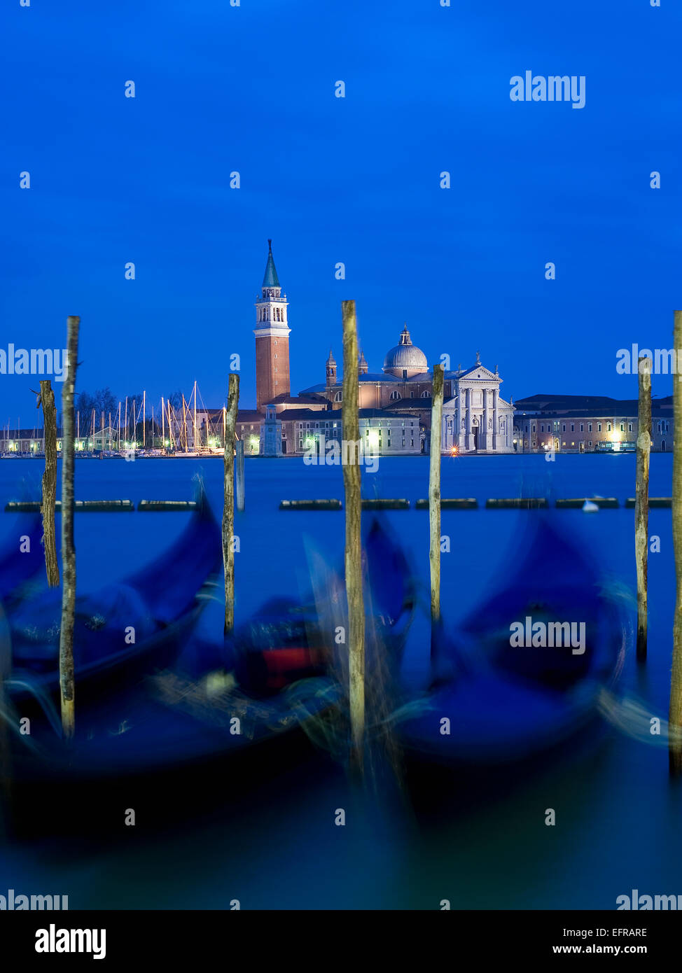 Riva Degli Schiavoni und der Piazza San Marco Island und die Kirche von San Giorgio Maggiore. Gondeln vor Anker Stockbild