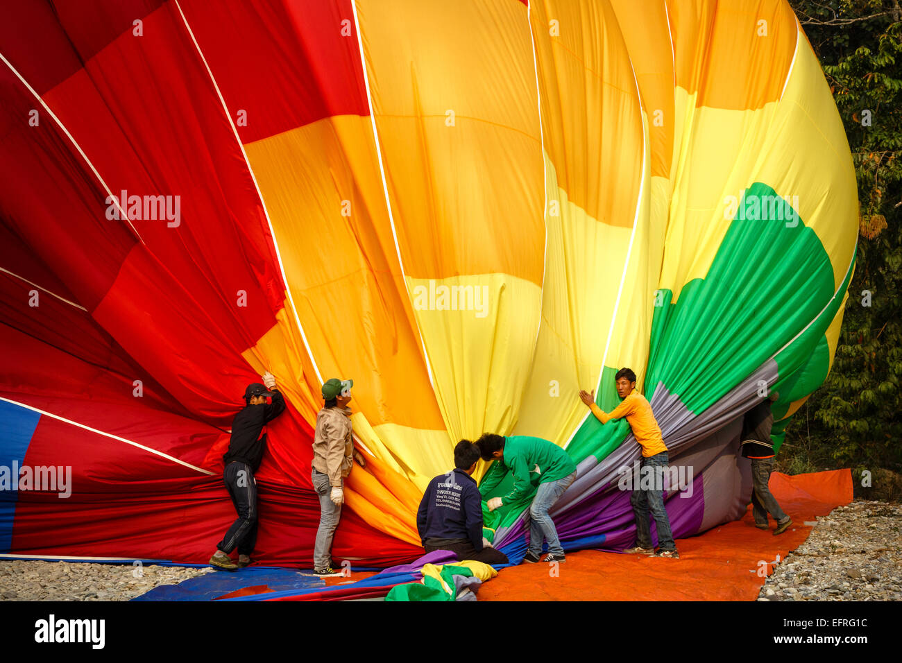 Menschen, die Falten ein Heißluft-Ballon, Vang Vieng, Laos. Stockbild