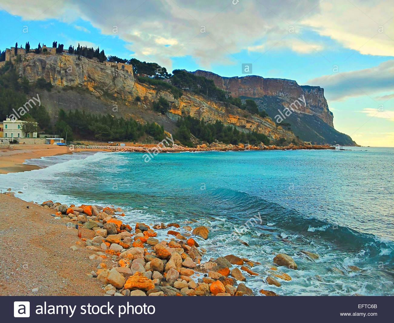 Felsplateau von felsigen Küste gesehen Stockbild
