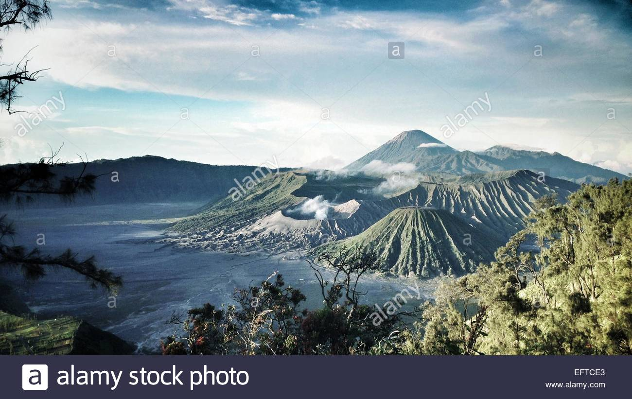Insel mit rauchenden Vulkane Stockbild